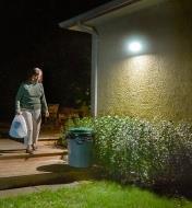 Lampe DEL solaire à détecteur de mouvement s'allumant à l'approche de quelqu'un