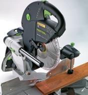 Scie à onglet radiale Kapex KS 120 EB émettant un faisceau laser double ligne sur une pièce de bois