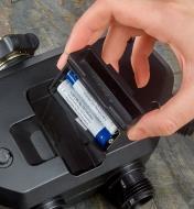 Insertion de piles dans une minuterie d'arrosage électronique