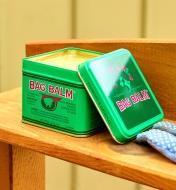 Boîte de baume Bag Balm sur une tablette