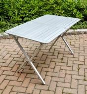 Table pliante posée sur un patio en pavés