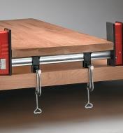 Fixation d'un serre-joint Bessey à une table de travail avec des serres de retenue