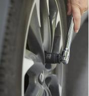 Personne changeant un pneu à l'aide d'une douille longue Powerbuilt