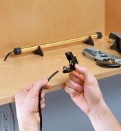 Déshumidificateur GoldenRod au fond d'une armoire avec cordon débranché pour installation