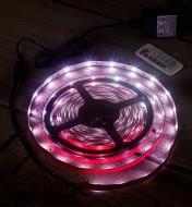Ensemble de luminaire-ruban à DEL à couleur réglable diffusant une lumière rose violacé