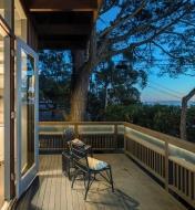 Luminaire-ruban à DEL utilisé comme éclairage d'ambiance sous la balustrade d'une terrasse
