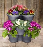 Fleurs variées dans des pots de jardin empilables Elho