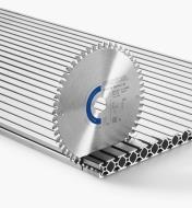 Lame pour plastique et aluminium en position verticale dans un panneau en aluminium