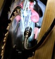 Lampe de travail 3-en-1 munie d'une lampe à bras flexible éclairant l'intérieur d'un banc de scie