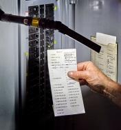 Lampe de travail 3-en-1 munie d'une lampe articulée et fixée magnétiquement à un panneau de distribution électrique
