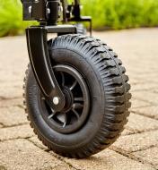 Gros plan d'une roue de 8 po de diamètre dotée d'un pneu gonflable sur un chariot pliant