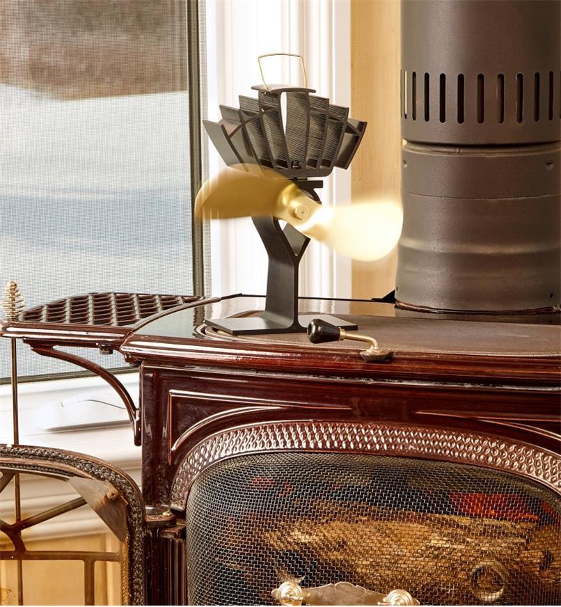 Ventilateur Ecofan UltrAir posé sur un poêle à bois pour distribuer la chaleur produite