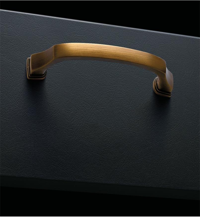 02A1693 - Poignée Revitalize, 3po x 13/8po, bronze doré, l'unité