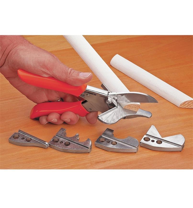 Quart-de-rond coupé avec la cisaille à onglet avec, au premier plan, les quatre mâchoires facultatives.