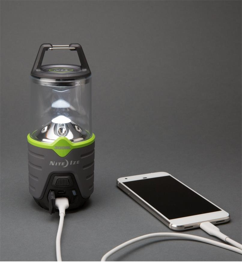 Lanterne rechargeable Radiant Nite Ize de 300 lumens chargeant un téléphone intelligent