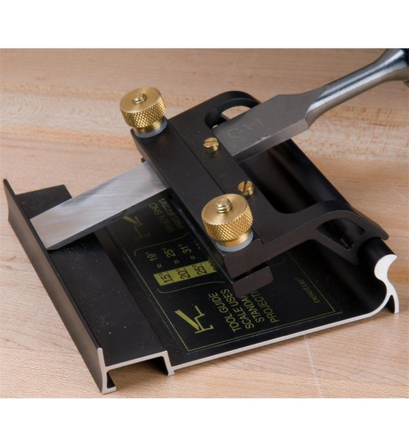 Blade holder and blade setting jig holding a chisel