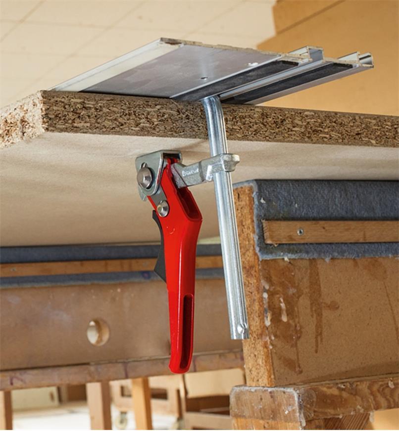 Serre de retenue rapide pour guide de coupe Bessey servant à maintenir un guide de coupe en place sur un panneau