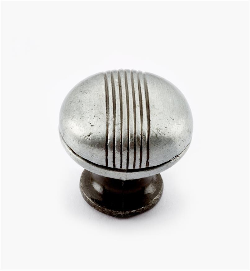 02W3111 - Bouton bombé moderne de 1 1/4 po x 1 1/8 po, fini étain satiné