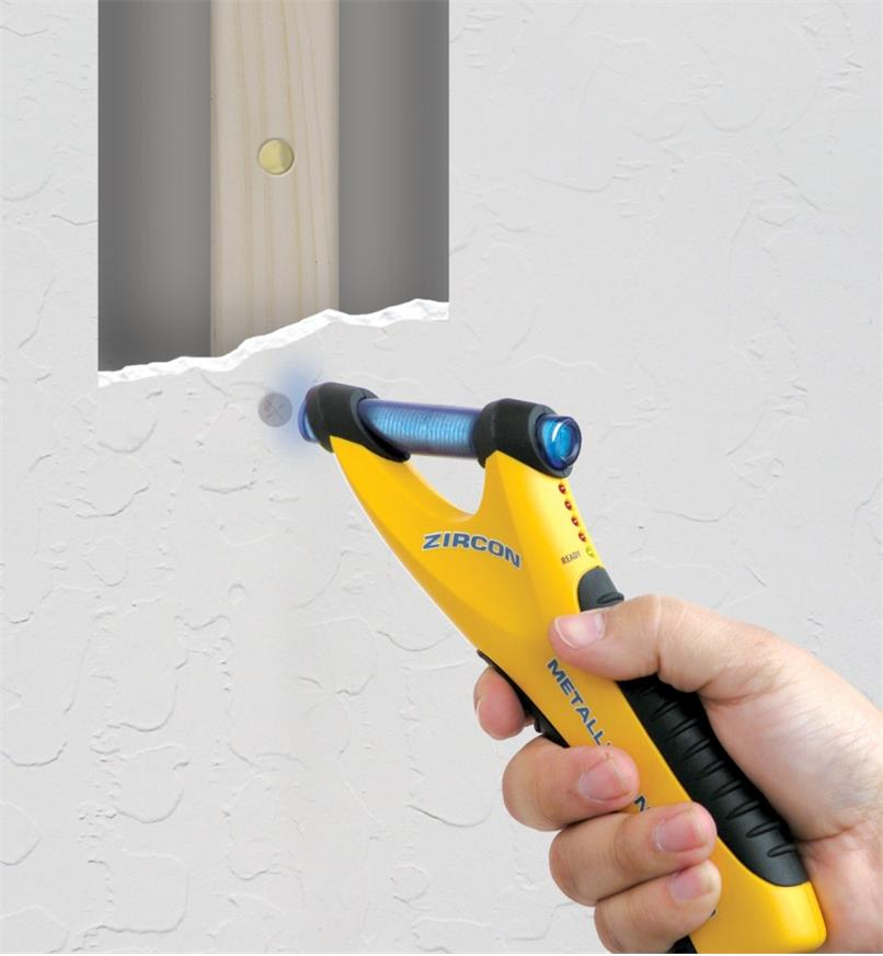Finding a stud behind drywall by pinpointing nails with the Zircon M40 metal detector