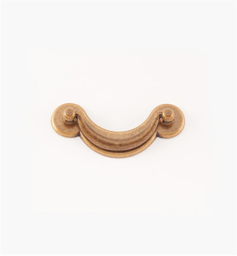 01A6920 - Poignée tombante sur platine de 64 mm, série Regency, fini laiton antique