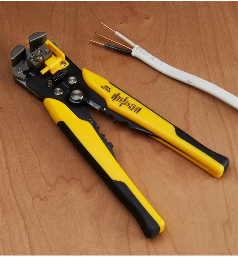 99W0205 - Self-Adjusting Wire Stripper