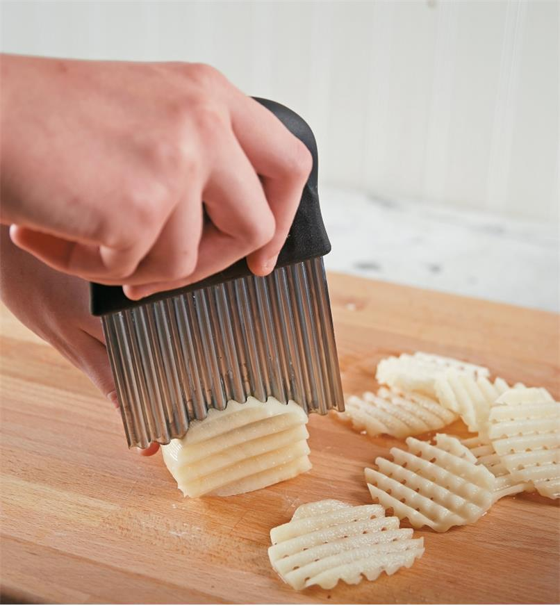 Cutting a potato into latticed slices