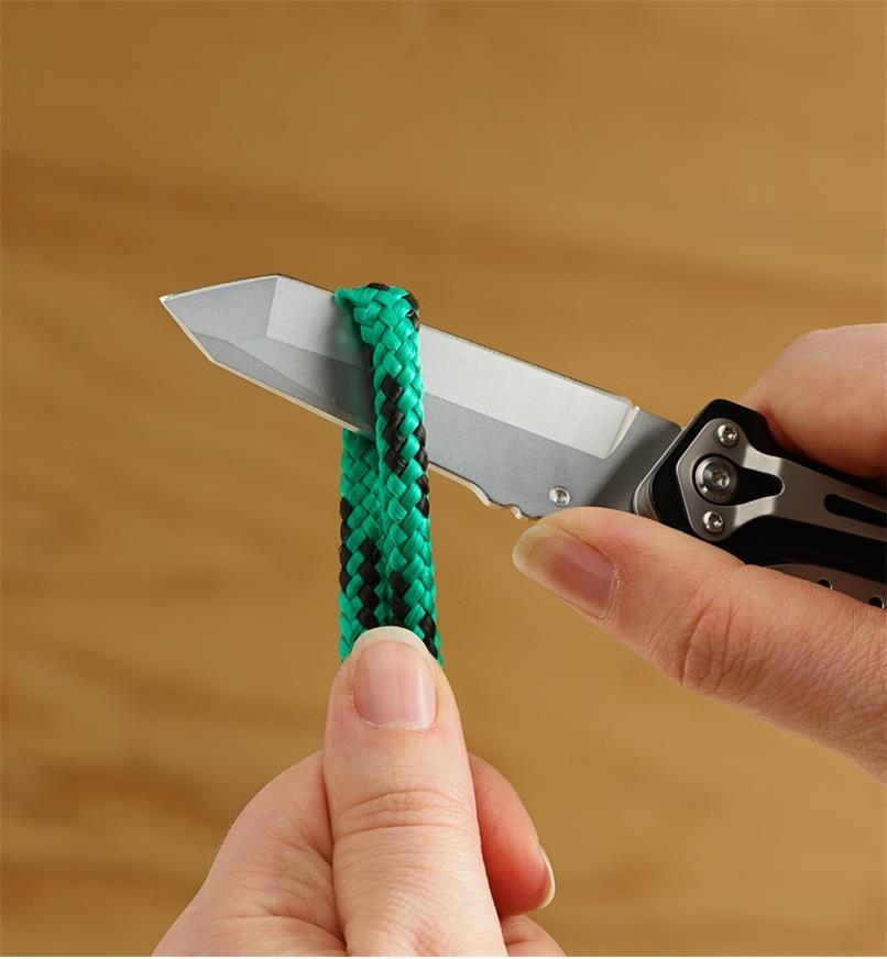Couteau de l'outil multifonction servant à couper une corde