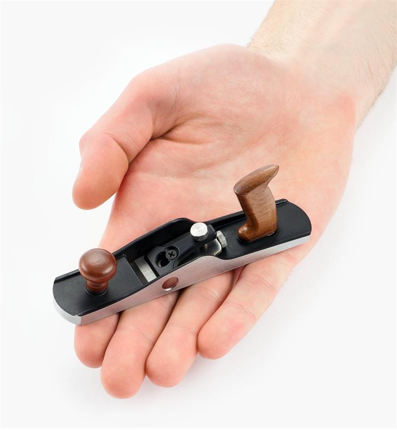 Riflard à angle faible miniature dans une main ouverte