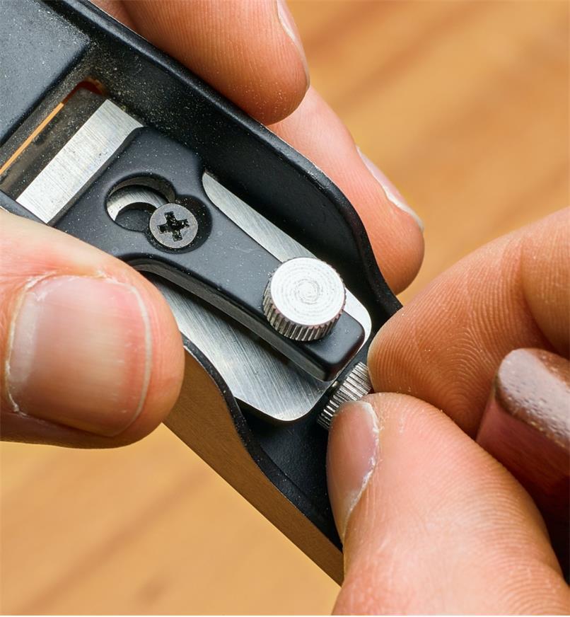 Ajustement du mécanisme de réglage du riflard à angle faible miniature pour régler le parallélisme et la profondeur de coupe de la lame