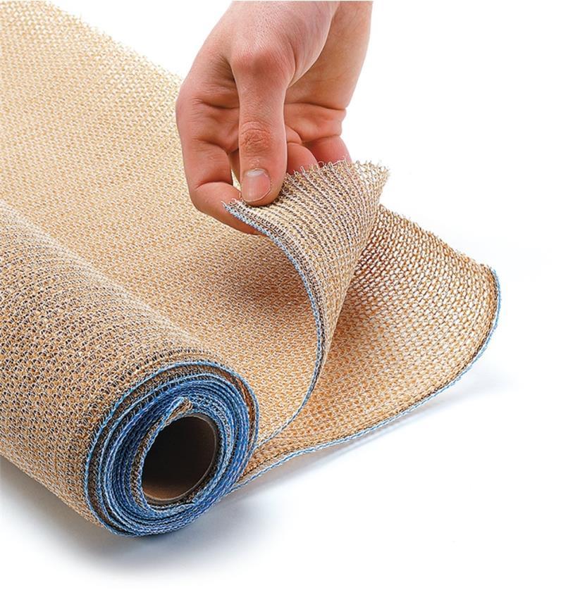 Extrémité du rouleau de tissu pare-soleil retournée pour montrer le tricot et les coutures