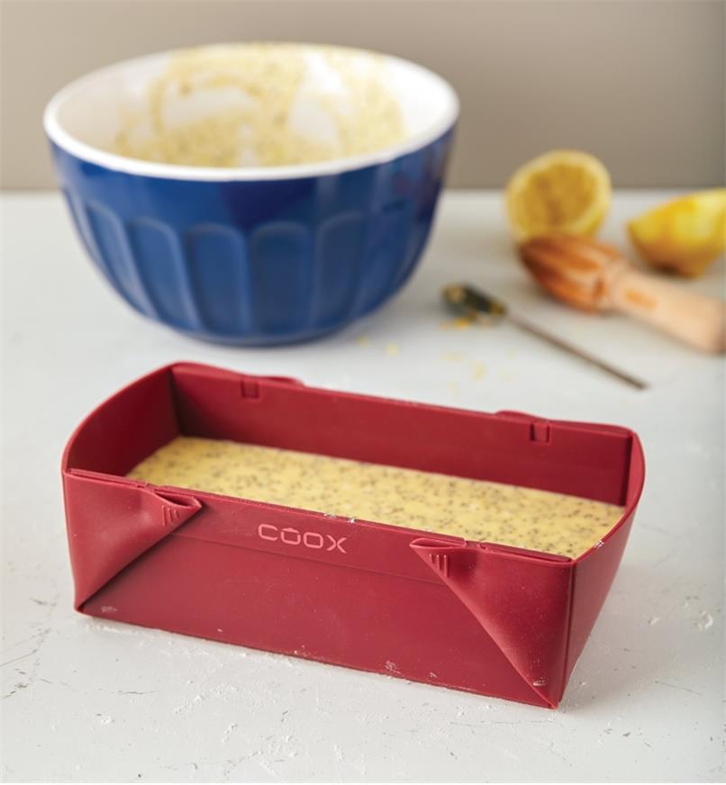 Moule à pain pliant en silicone rempli de mélange prêt à cuire