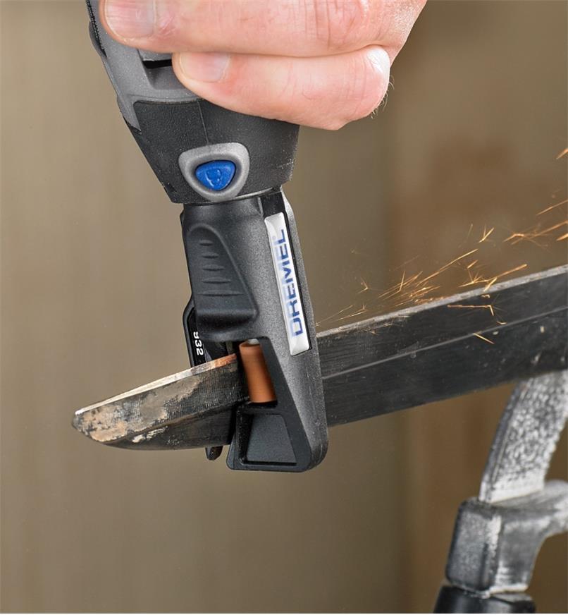 Affûtage d'une lame de cisailles à l'aide d'un affûteur pour outils de jardinage fixé à l'outil rotatif Dremel 3000