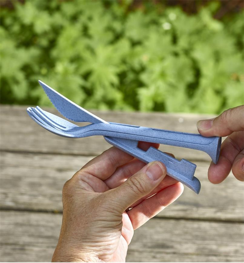 Demonstrating how the Klikk small cutlery set utensils interlock