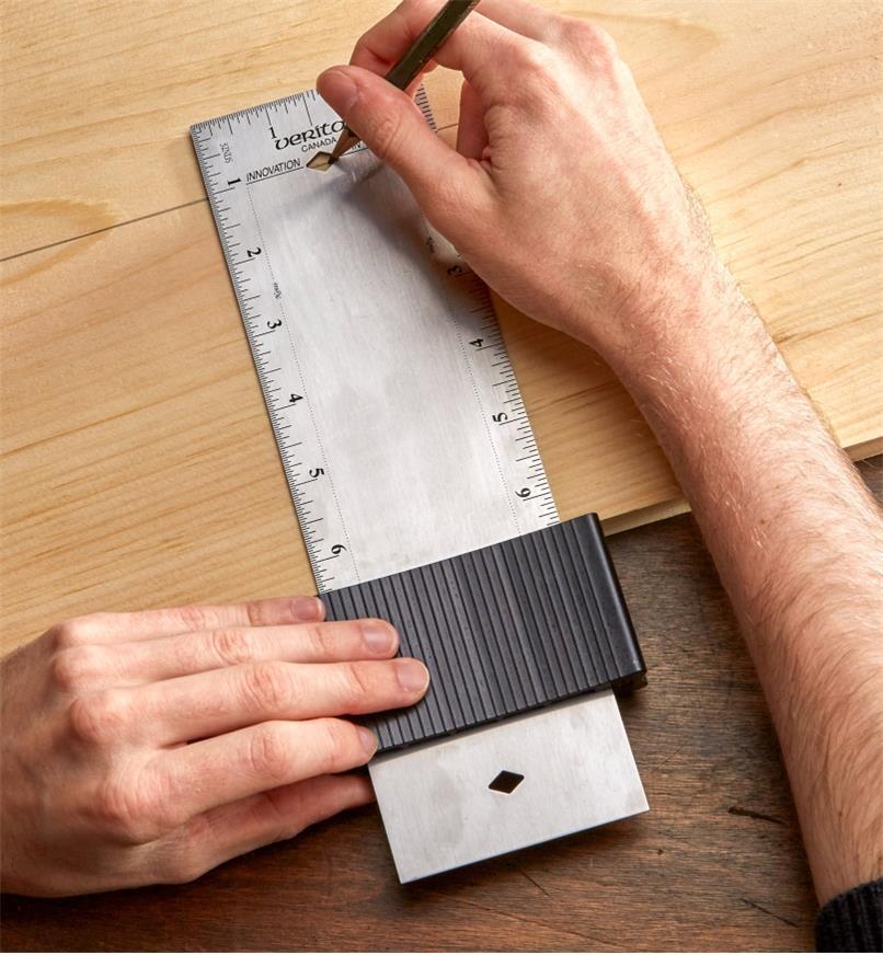 Traçage d'une ligne parallèle sur un morceau de bois avec la règle de 10 po d'une équerre-trusquin réglable Veritas