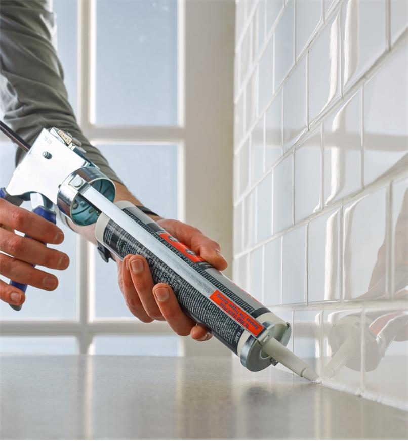 Pistolet à calfeutrer antigoutte servant à tirer un joint sur le bord d'un comptoir