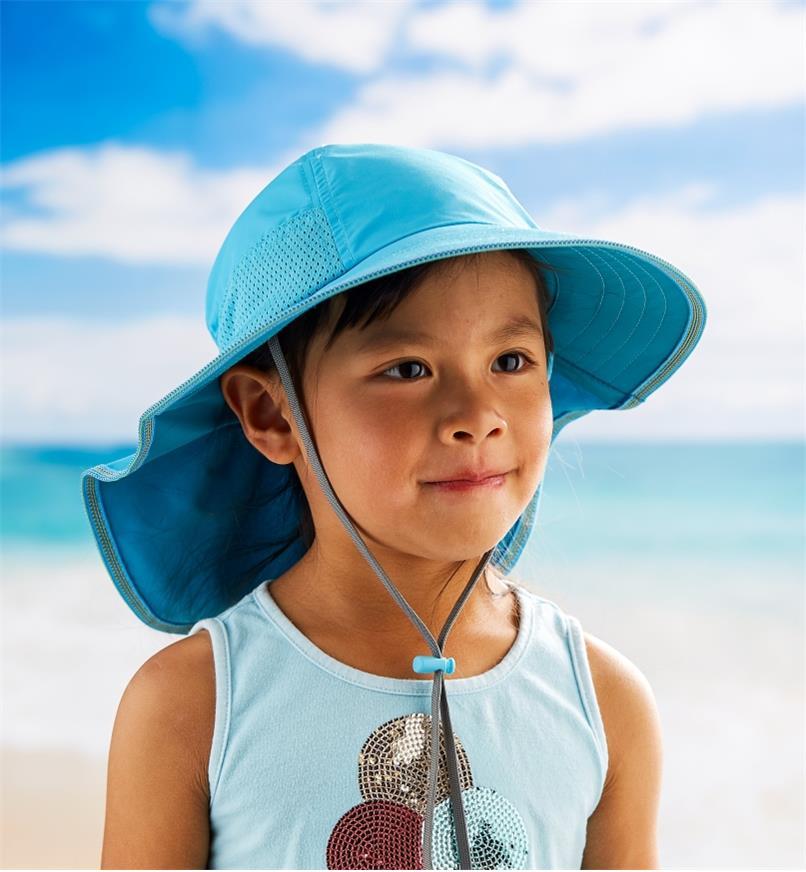 Fille portant un chapeau pour enfant bleu