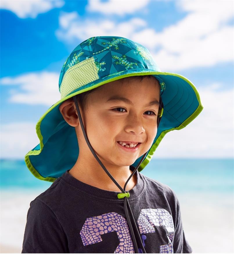 Garçon portant un chapeau pour enfant