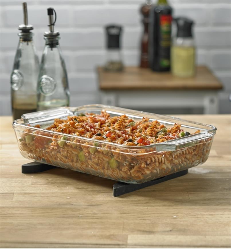 Plat de cuisson en verre rectangulaire reposant sur les deux pièces séparées du dessous de plat magnétique