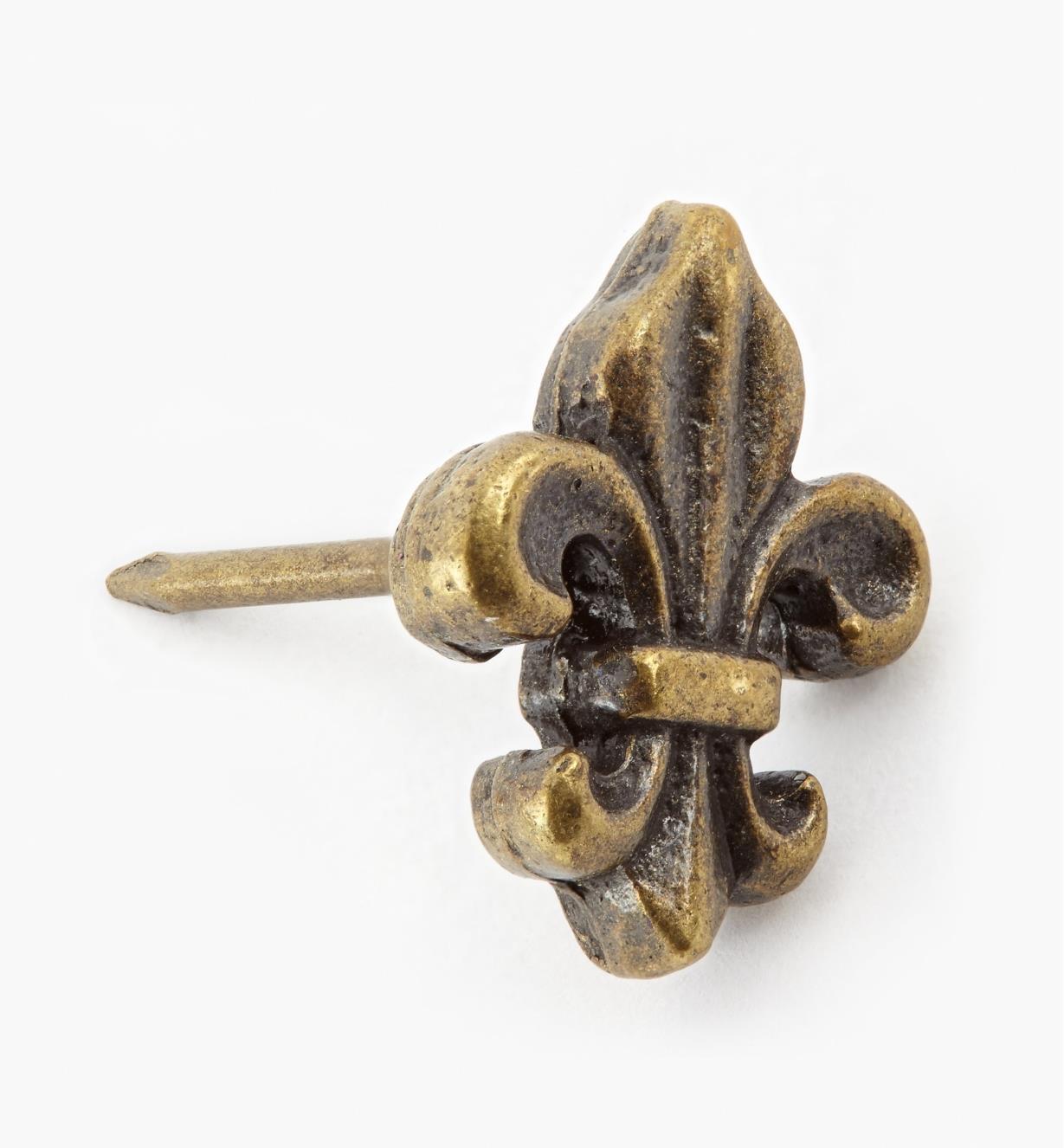 00T0935 - Clou décoratif en fleur de lys, fini laiton antique, 3/4 po x 1/2 po, l'unité