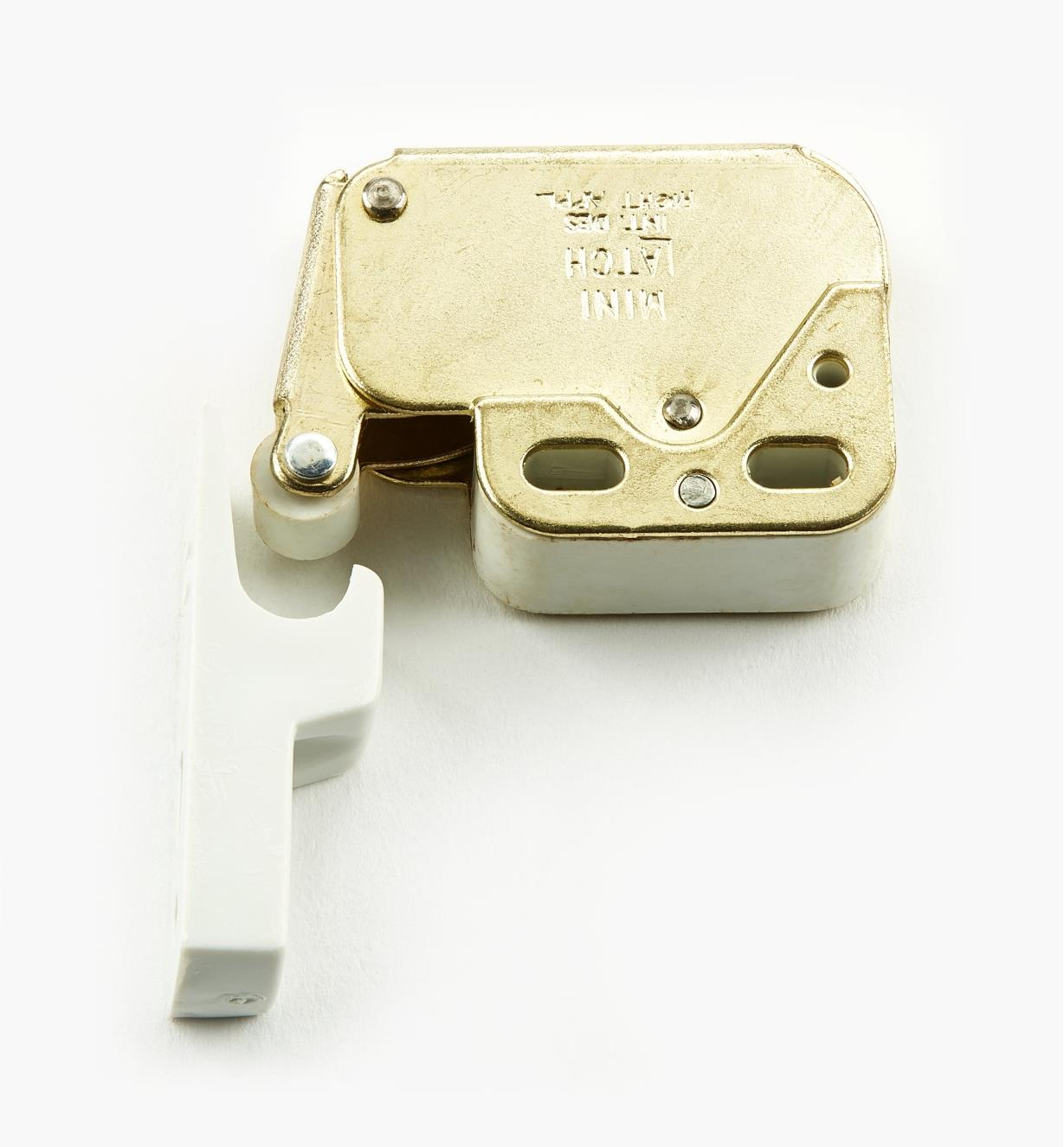 01L0103 - Brass/White Plate Mini-Latch