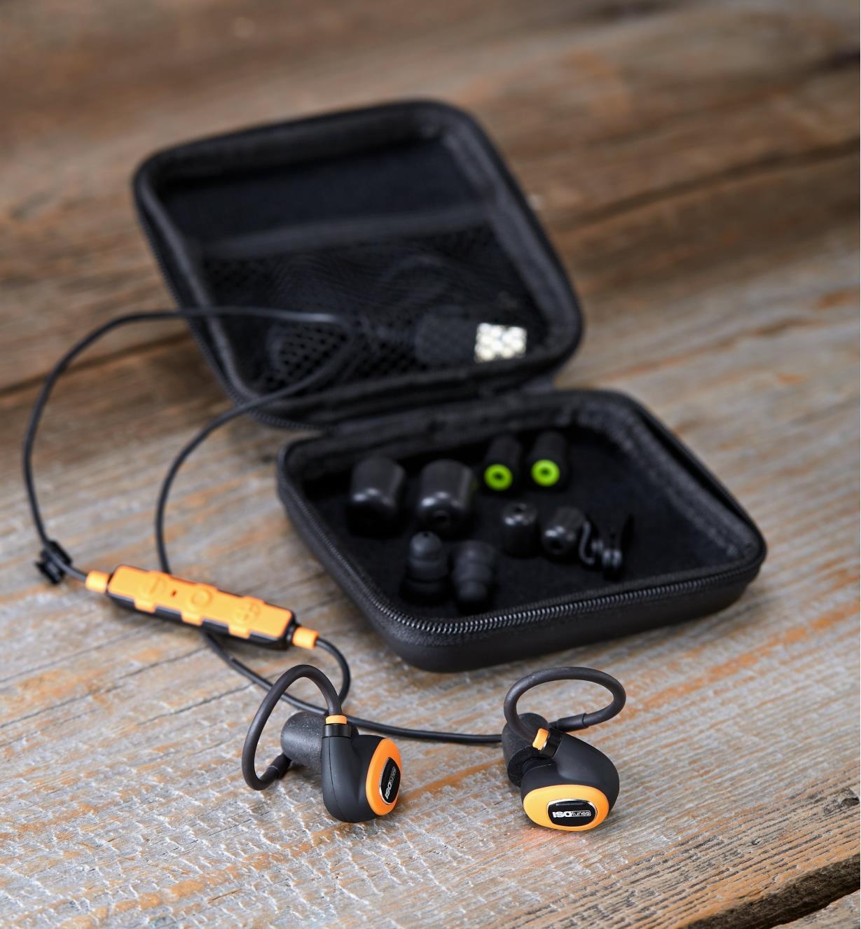 Écouteurs antibruit électroniques avec fil ISOtunes Pro 2.0 sur une table en bois