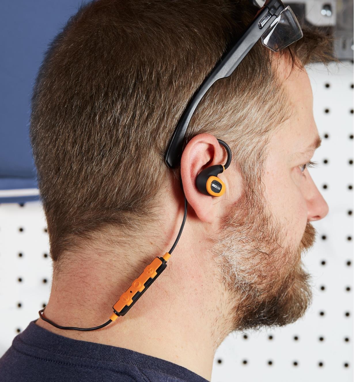 Homme portant des écouteurs antibruit électroniques avec fil ISOtunes Pro 2.0