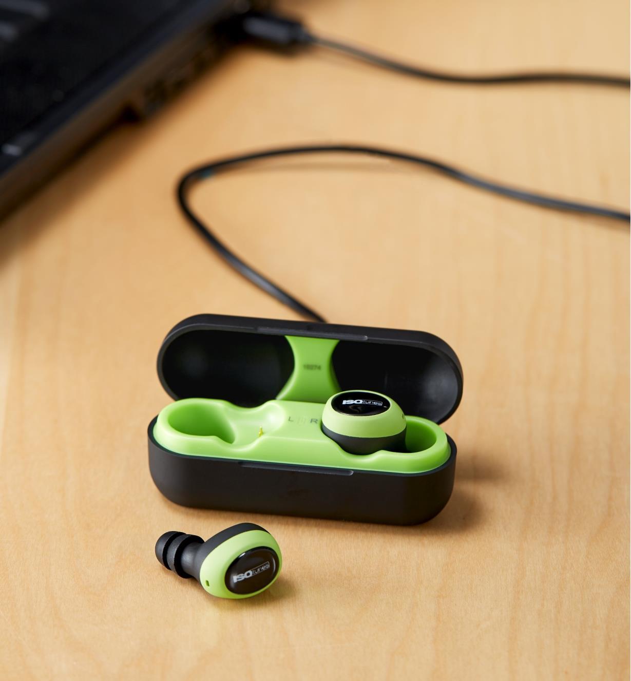 Écouteurs antibruit électroniques sans fil ISOtunes sur une table en bois