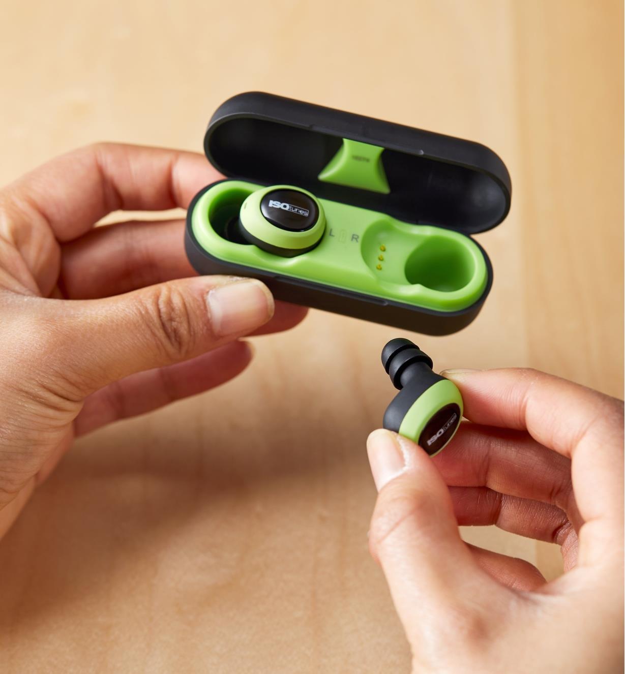 Écouteurs antibruit électroniques sans fil ISOtunes en recharge dans l'étui rigide