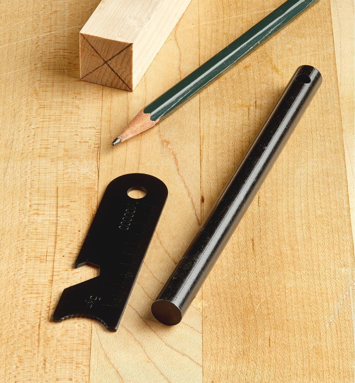 Allume-feu et percuteur près d'un crayon à titre de référence