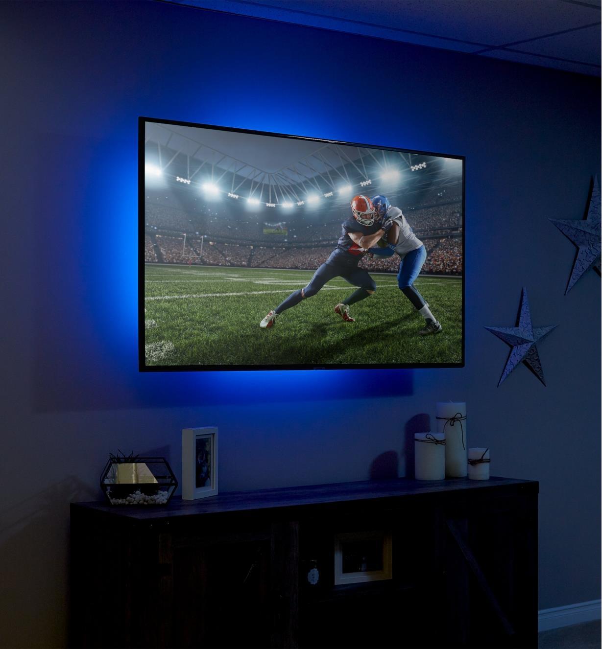 Éclairage couleur indirect derrière un téléviseur à l'aide de l'ensemble de luminaire-ruban à DEL USB