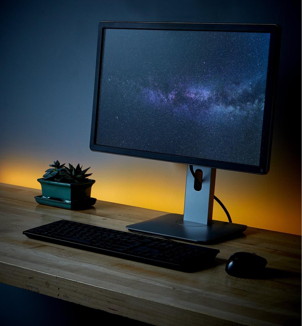 Éclairage couleur indirect derrière un bureau d'ordinateur à l'aide de l'ensemble de luminaire-ruban à DEL USB