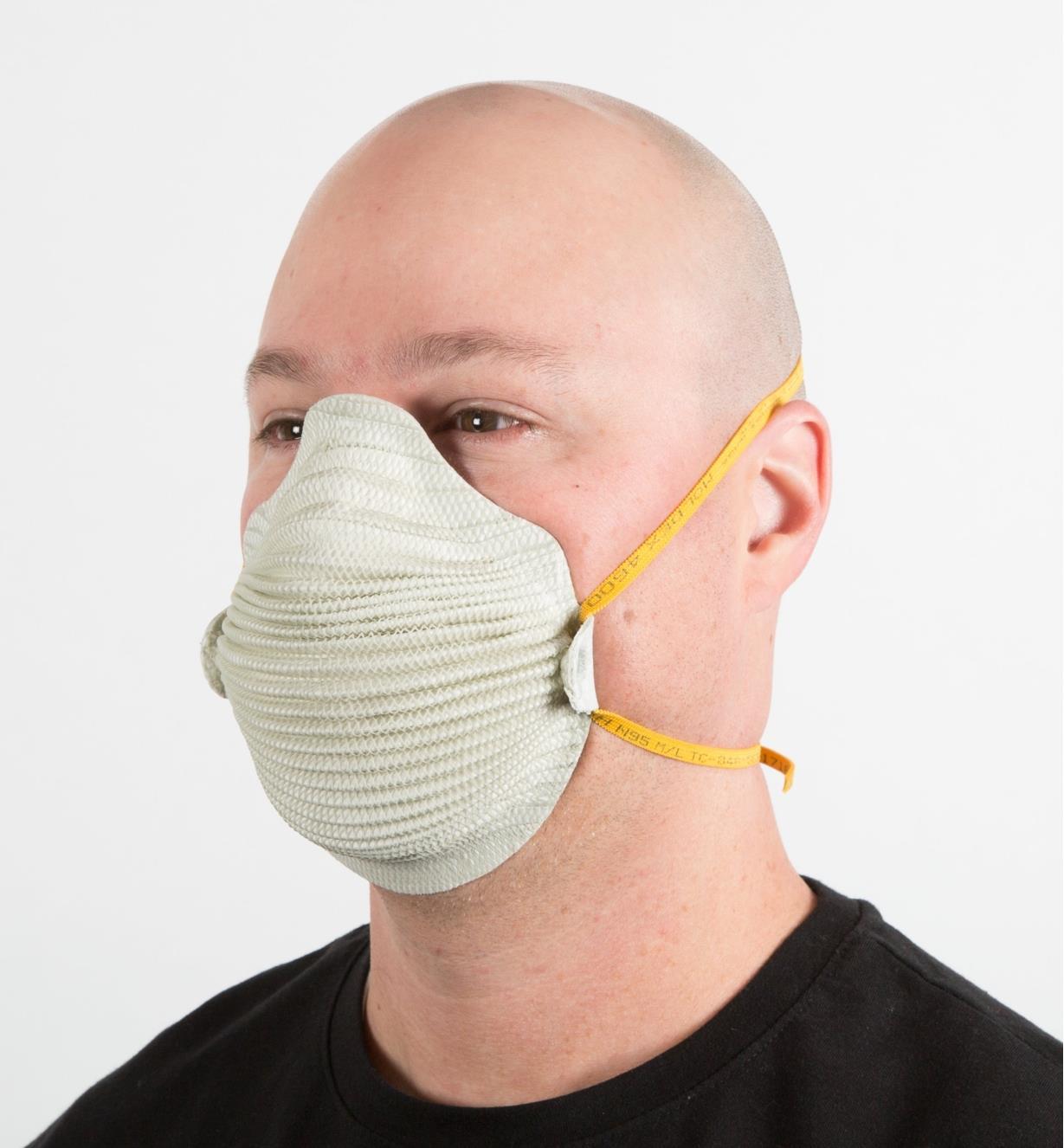 22R3610 - Airwave Adjustable-Strap Disposable Dust Masks, Medium/Large, pkg. of 10