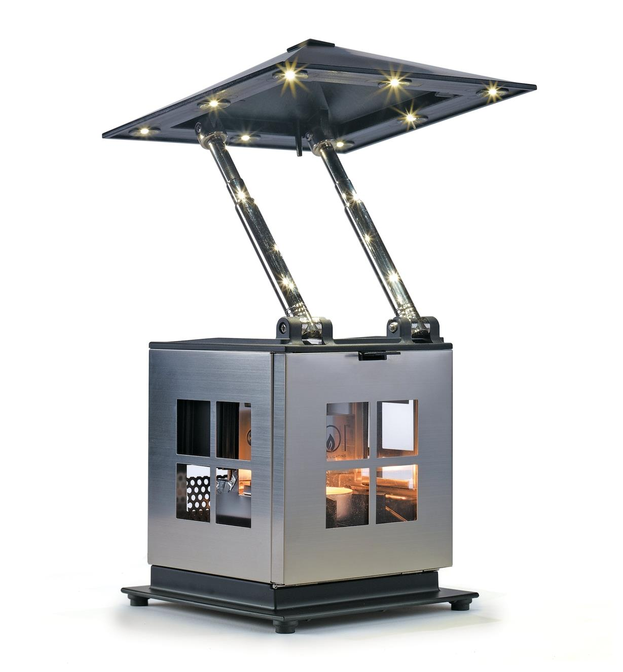 Lanterne à DEL alimentée par bougie vue de dessous montrant les ampoules à DEL encastrées en bordure du toit