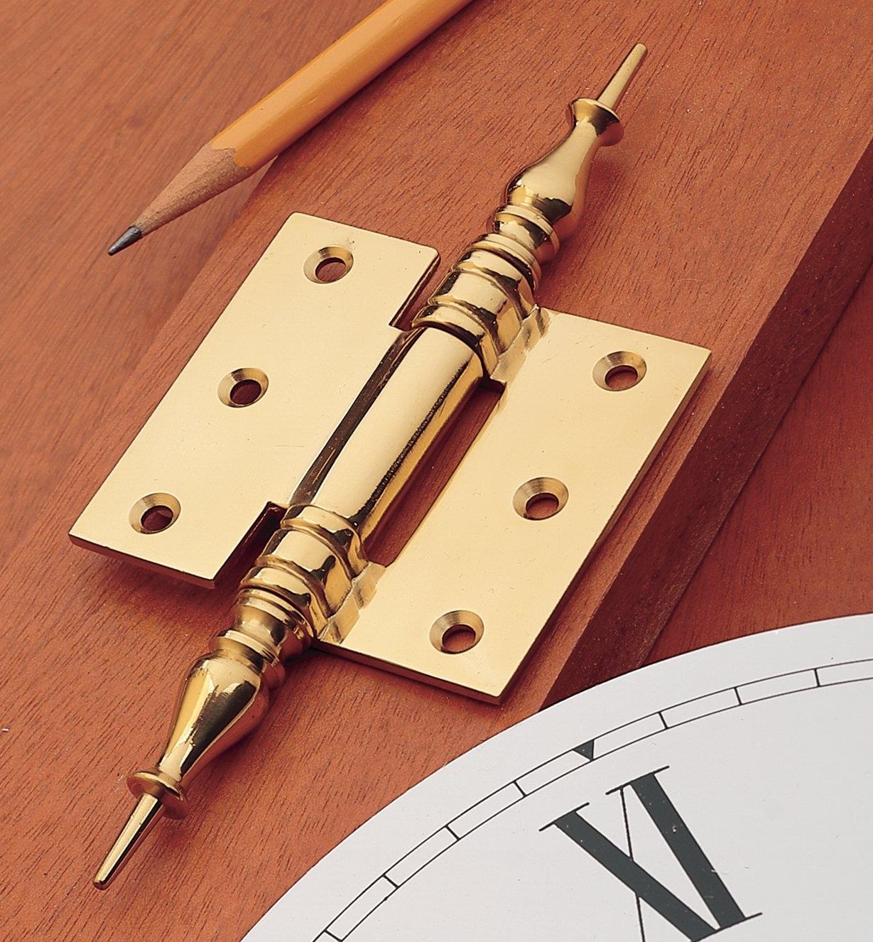 00H6501 - Charnière pour porte de cabinet d'horloge en laiton forgé, 2 1/4 po x 1 po, l'unité